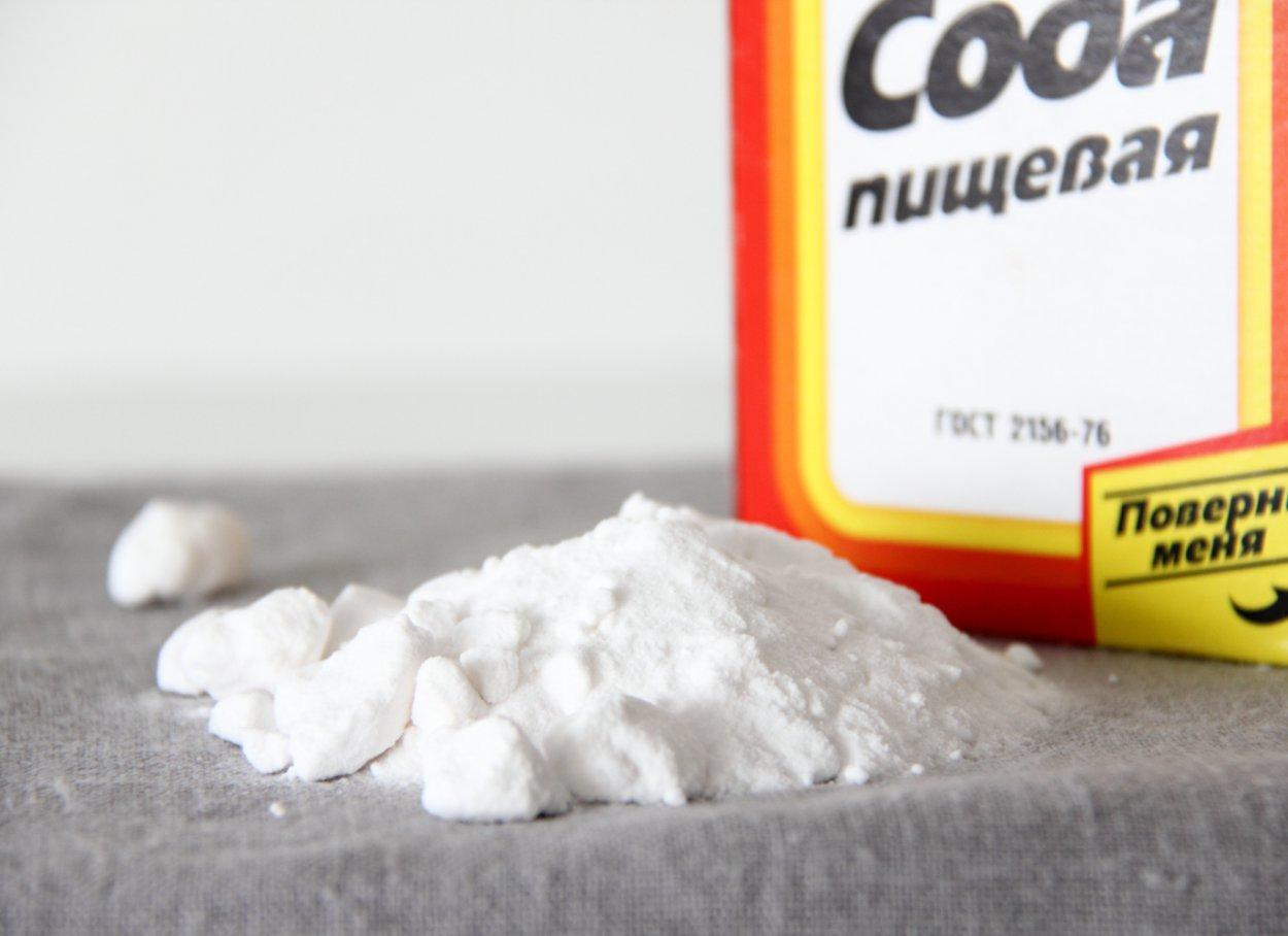 С помощью соды можно избавиться от пятен на диване