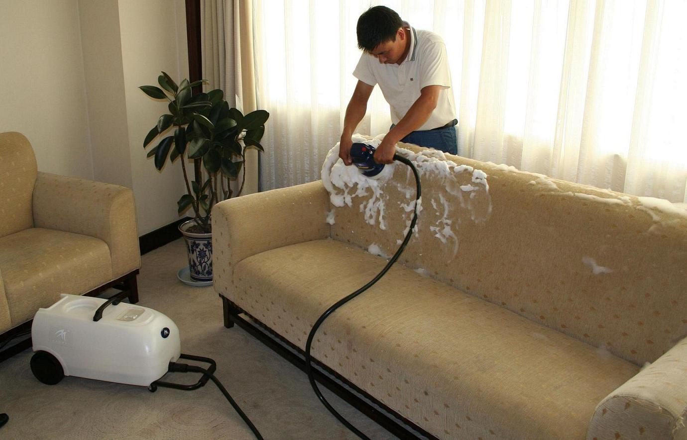 Владельцам светлой мебели следует быть очень аккуратными