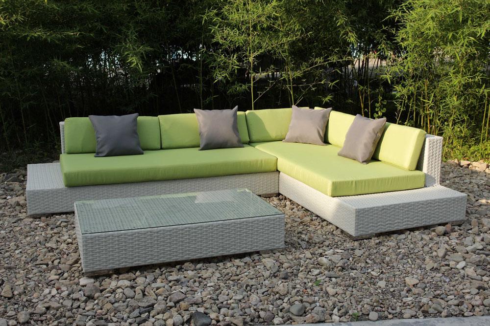 В теплое время года рекомендуется вынести диван на день-два на свежий воздух