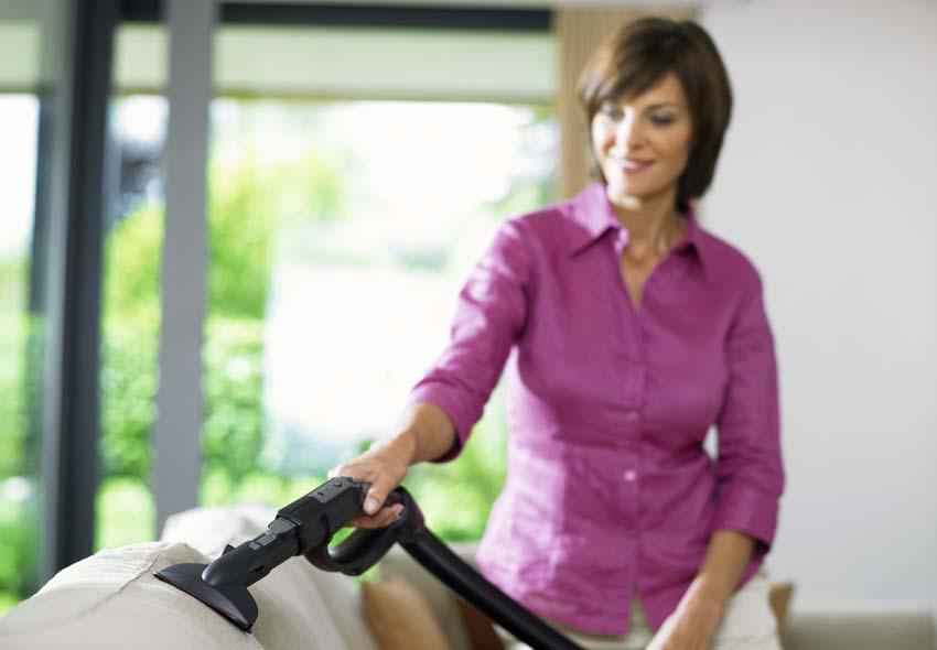 Периодически мягкую мебель нужно выбивать и чистить пылесосом