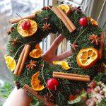 Фото 35: Новогодний венок из фруктов и специй