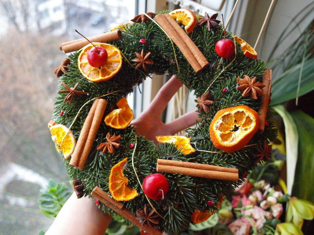 Новогодний венок из фруктов и специй