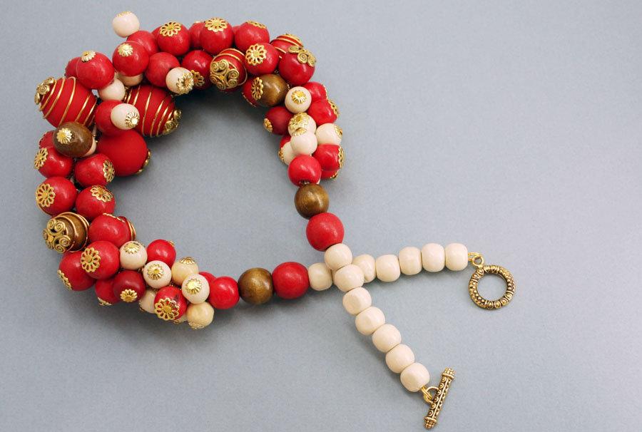 Ожерелье из деревянных и акриловых прорезиненных бусин