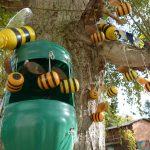 Фото 50: Улей и пчелы из пластиковых бутылок и киндеров