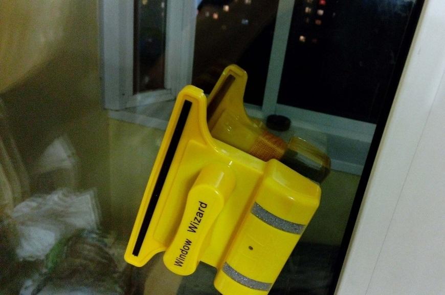 Магнитный прибор чистит стекла без разводов