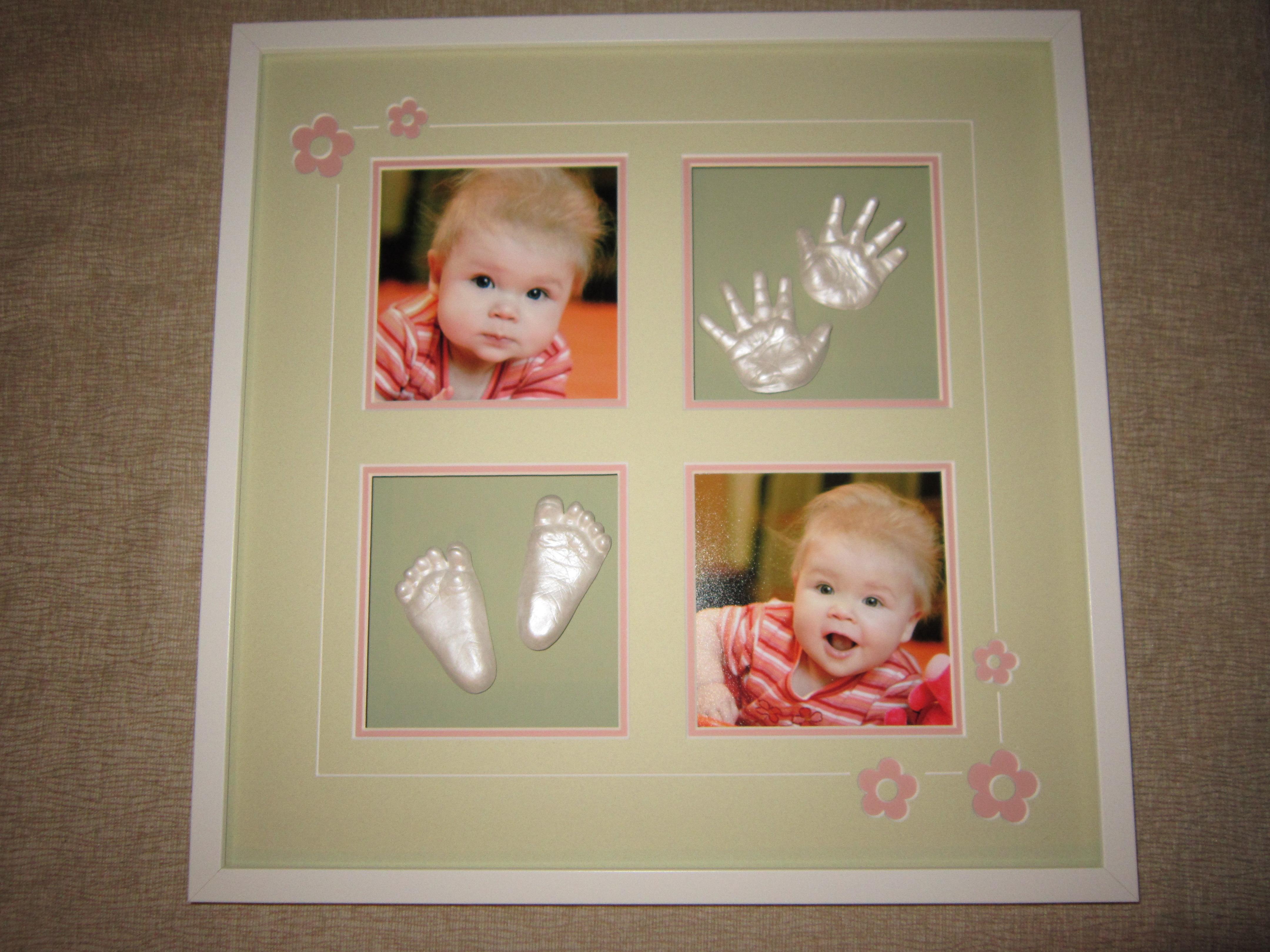 Новогодний подарок рамка с фотографиями и отпечатками ручек и ножек малыша