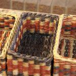Фото 29: Разноцветные корзины из газетных трубочек