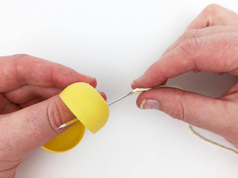 Проделывание дырочки с помощью шила в киндер контейнере