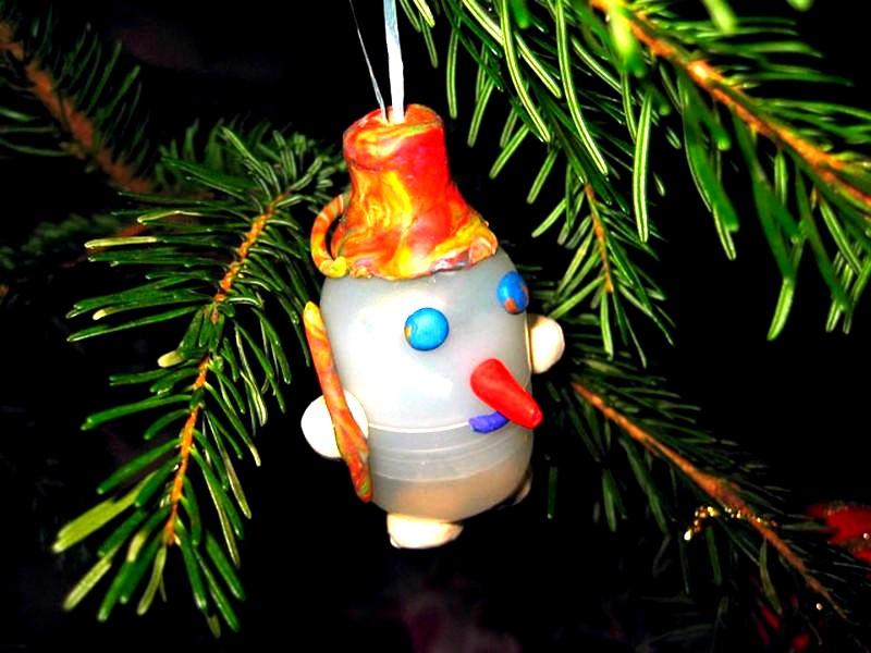 Снеговичок из киндера и пластилина