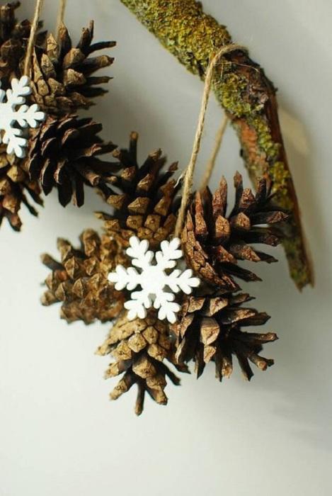 Снежинка из шишек на Новый Год