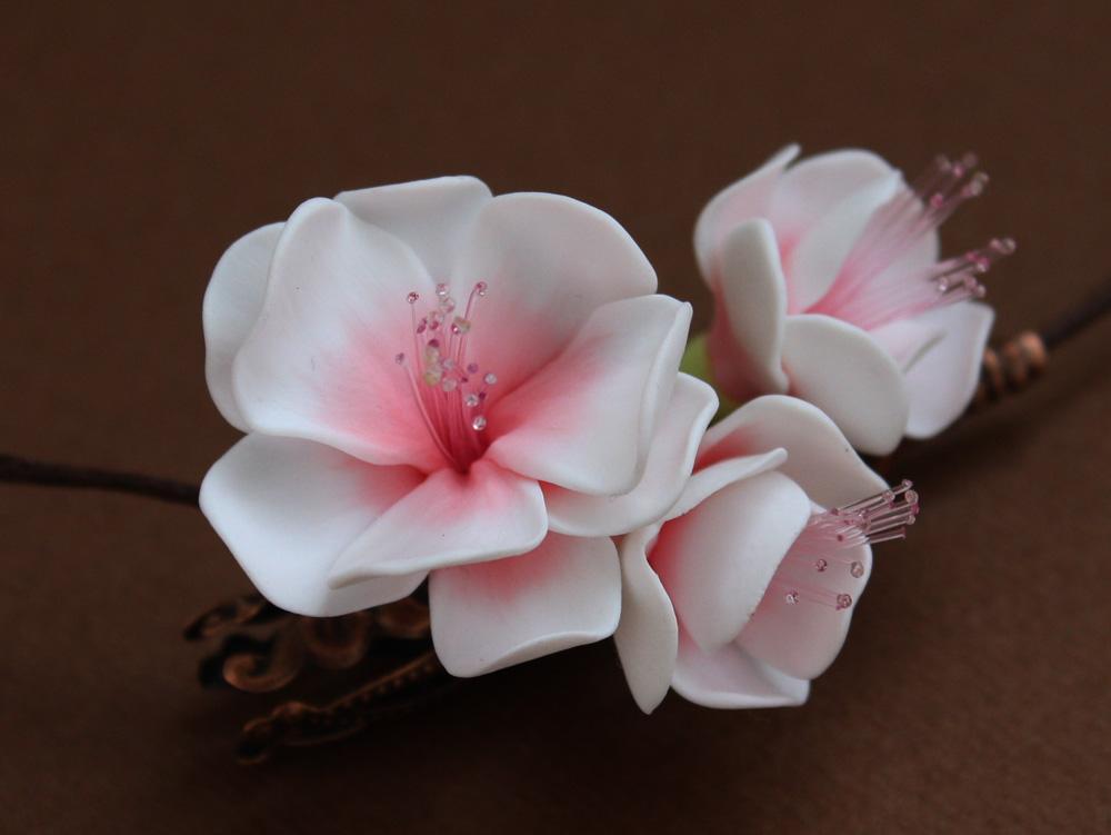 Украшение заколки цветами из полимерной глины