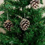 Фото 47: Украшение елки шишками