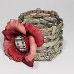 Фото 33: Вазочка из газетных трубочек с цветком из бумаги