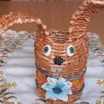 Фото 35: Вазочка в виде зайца из газетных трубочек