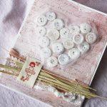 Фото 23: Декорирование открытки пуговицами