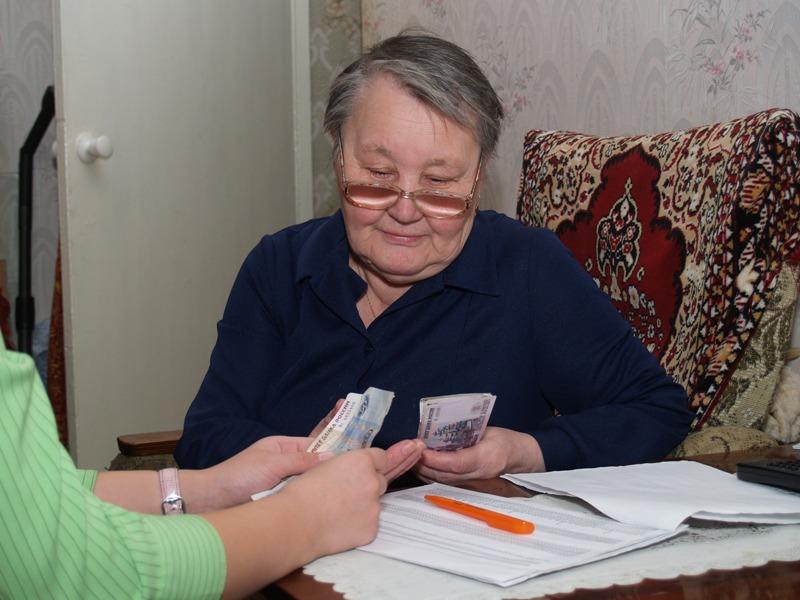 Субсидию, также как и пенсию, могут принести домой