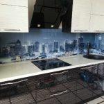Фото 33: Стеклянные фартуки на кухню с фотопечатью