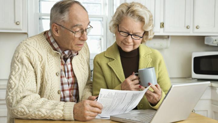 Пенсионеру порой сложно разобраться с документами, поэтому ему необходима помощь