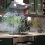 Фото 100: Стеклянный фартук на кухне с рисунком дождя на стекле