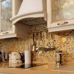 Фото 21: Золотистый мозаичный фартук