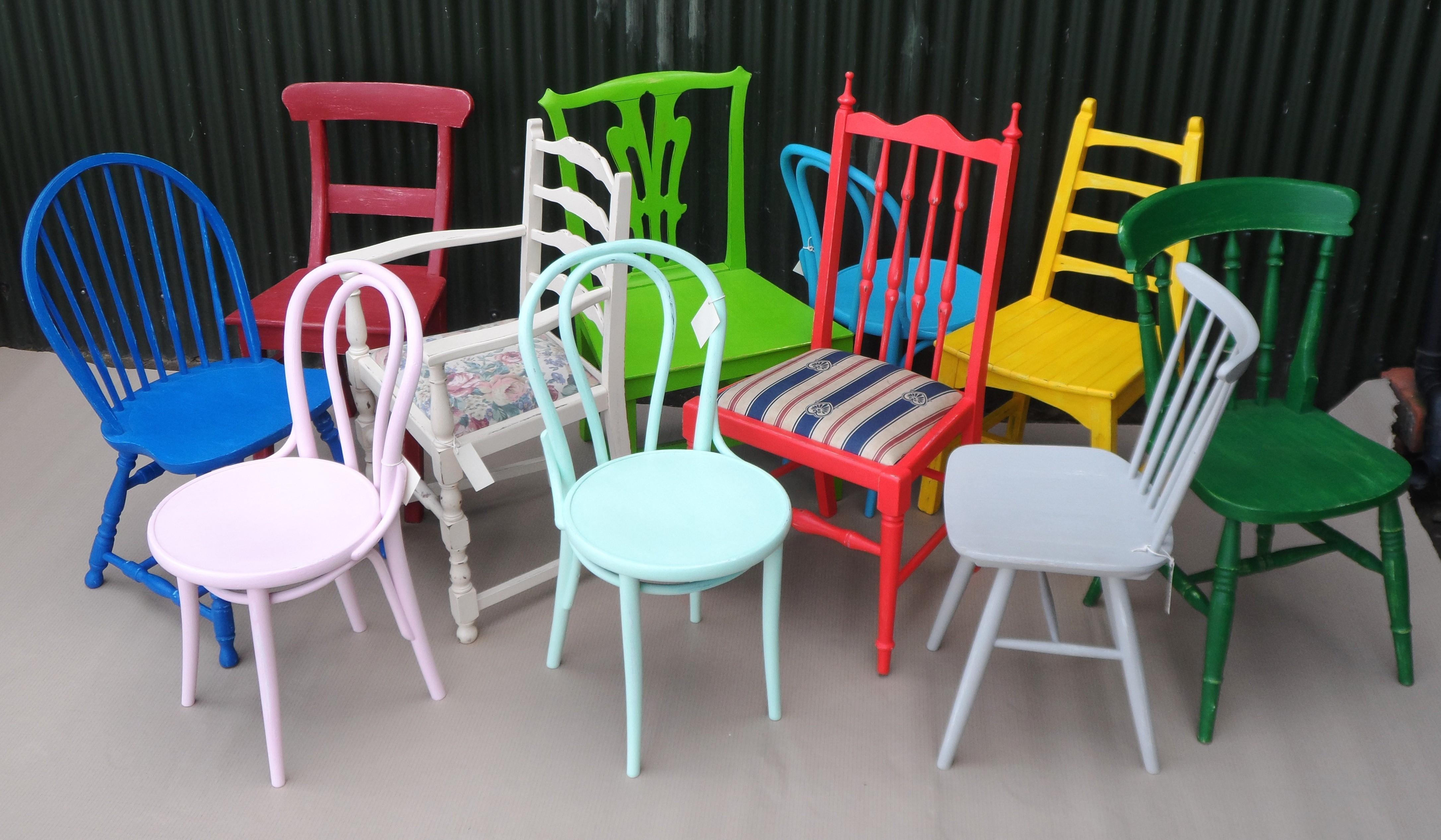 Покраска стульев в разные цвета