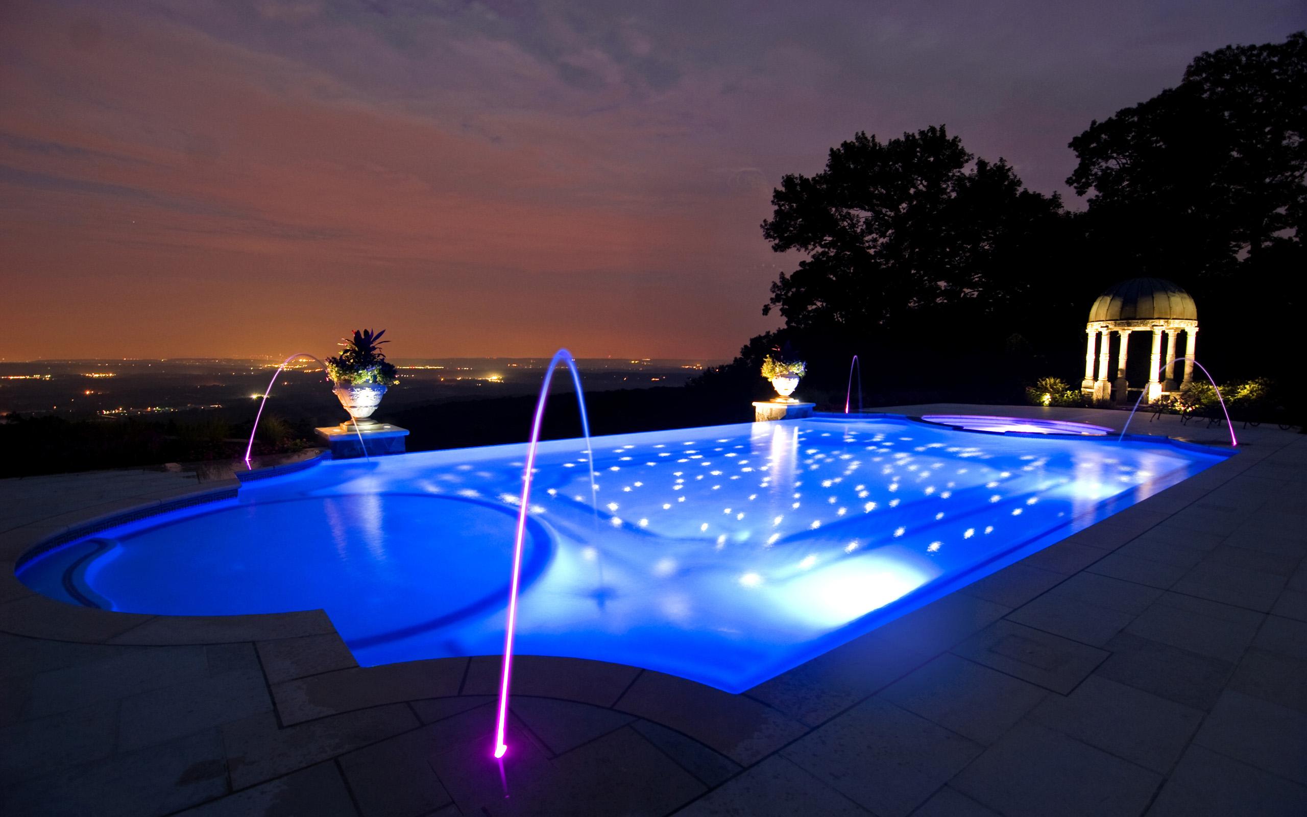 Освещение бассейна открытого типа