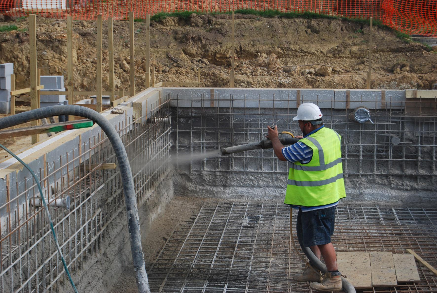 Внутри бетонной стяжки на днище котлована нужно поместить арматурную сетку