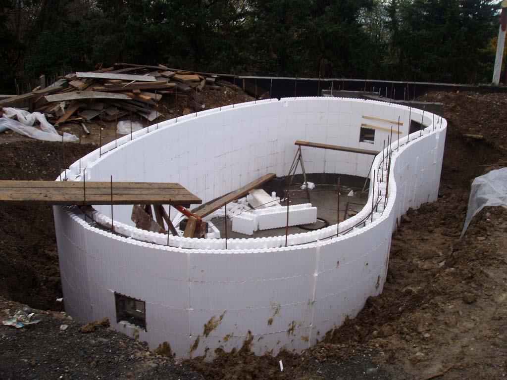 Блоки из пенополистирола используют для строительства бассейна