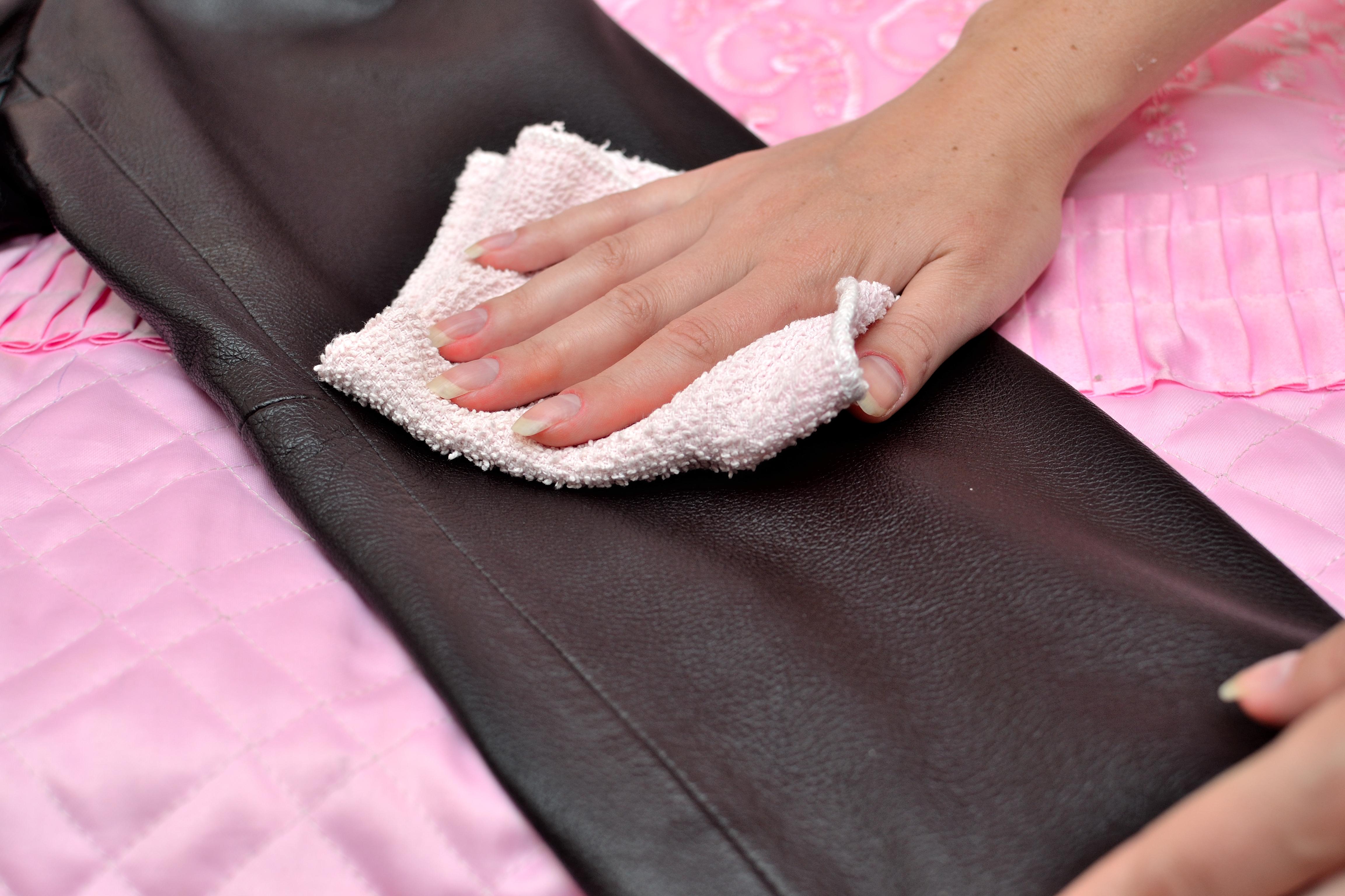 После чистки кожу протирают фланелью или ветошью, хорошо впитывающей воду