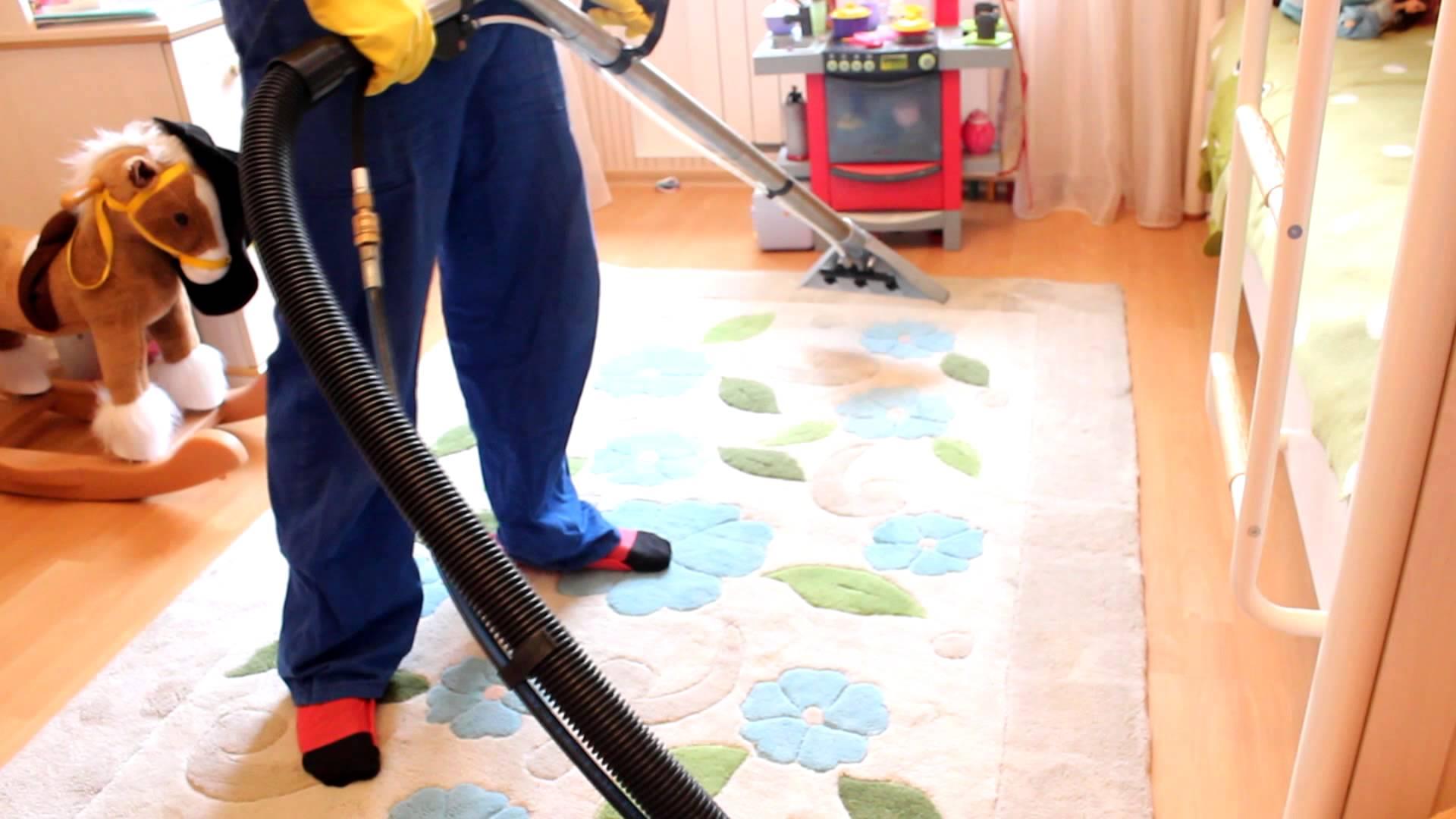 Желательно проводить влажную чистку ковровых покрытий в сухую и жаркую погоду