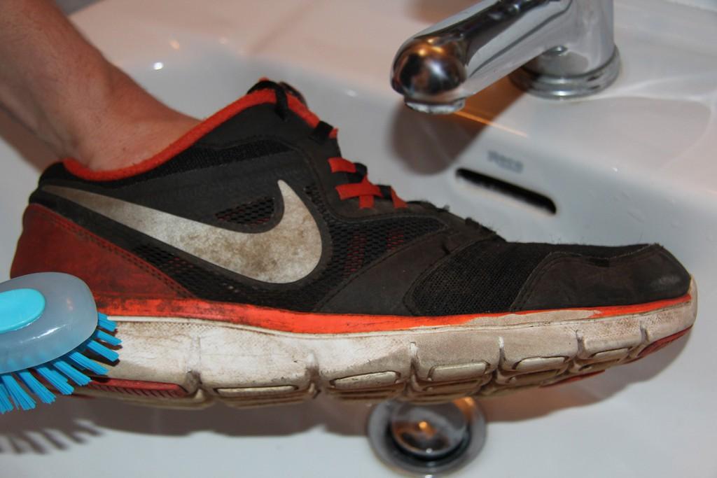 В особо запущенных случаях обувь придётся замочить