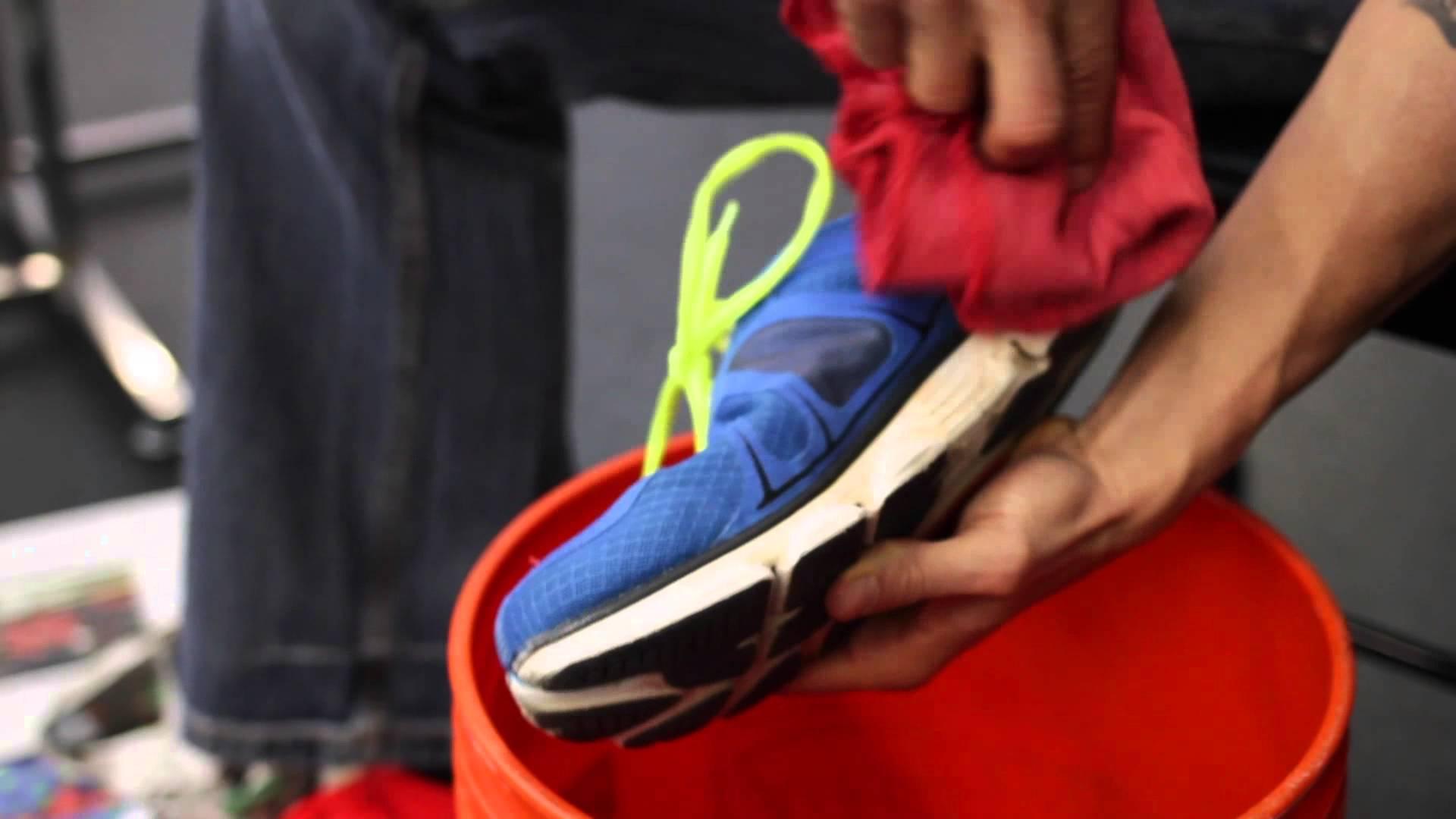 Иногда вместо стирки достаточно просто протереть обувь мягкой тряпкой и смазать обувным кремом