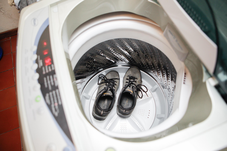 Обратите внимание на то, что возможен вариант, когда во время работы стиральной машины некоторые детали спортивной обуви могут просто оторваться