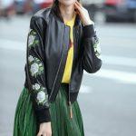 Фото 65: Кожаная куртка с цветами на рукаве
