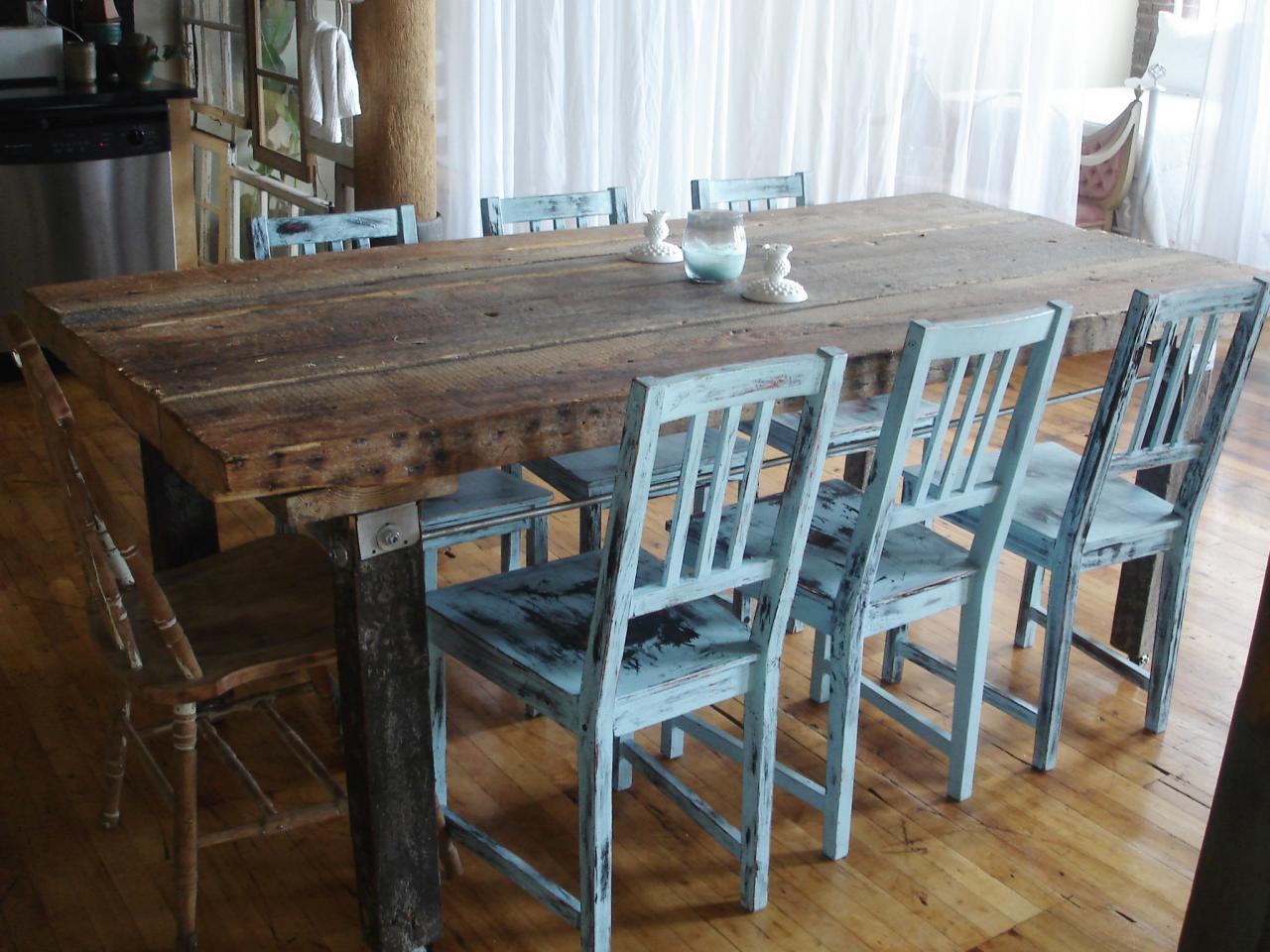 Состаренный обеденный стол и стулья