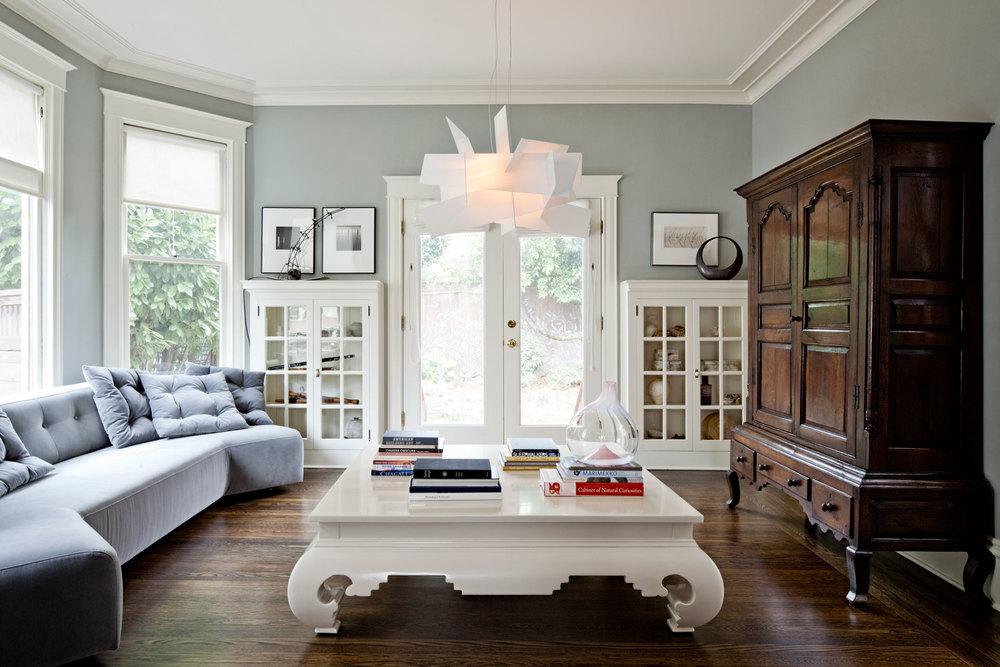Можно построить всю обстановку вокруг значимого элемента старой мебели