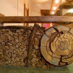 Фото 20: Интересная барная стойка из массива дерева и поленьев