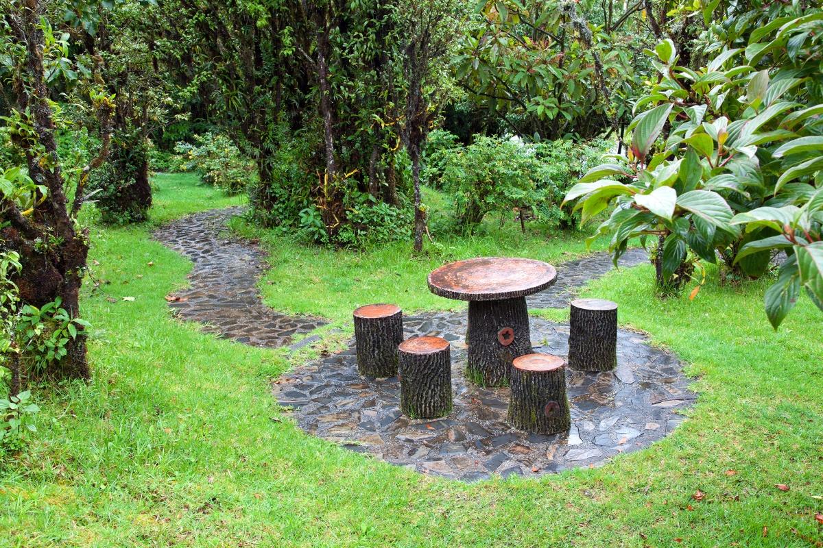 В саду в качестве места отдыха можно использовать уже готовые пни, которые остались после спиливания деревьев