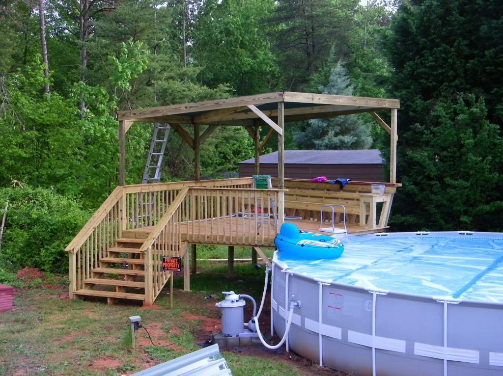 Рядом с бассейном можно соорудить приподнятый дек, с которого будет удобно прыгать в воду