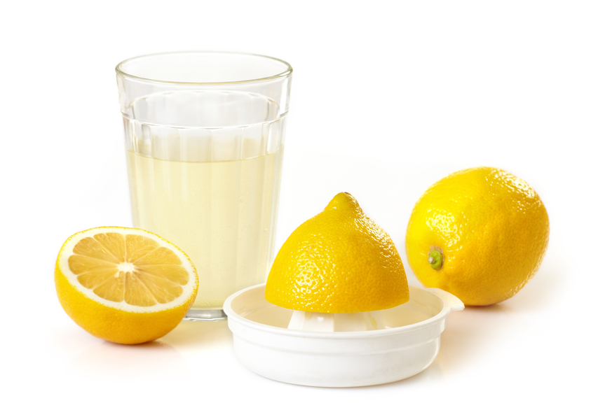 Удалить разводы и простые пятна поможет сок лимона