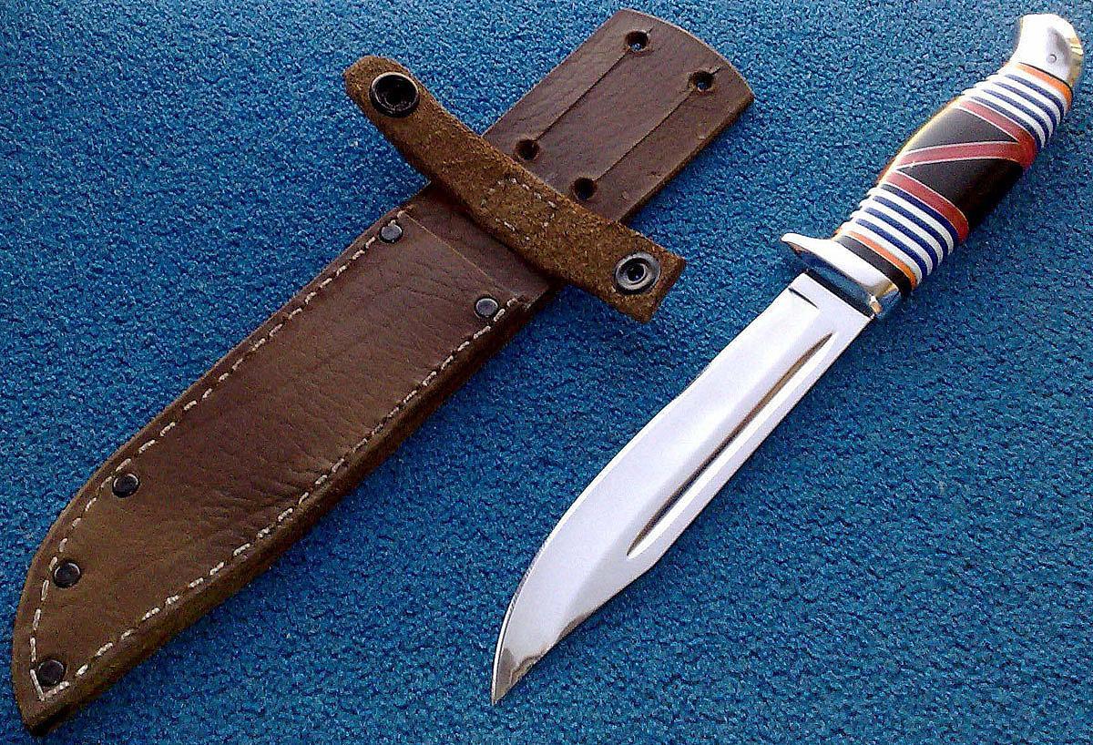 Удалять капли воска с полировки следует разогретым ножом