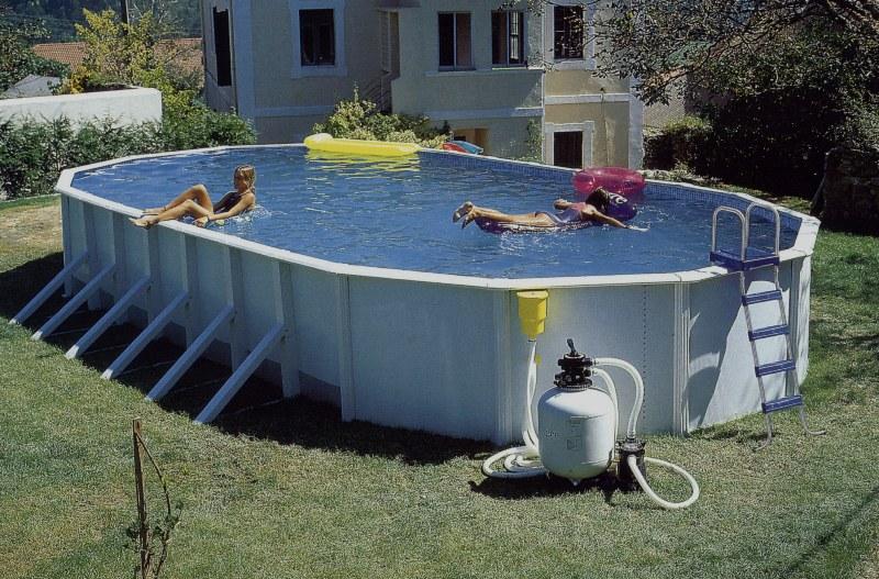 В каркасном бассейне с удобством и комфортом можно поплавать