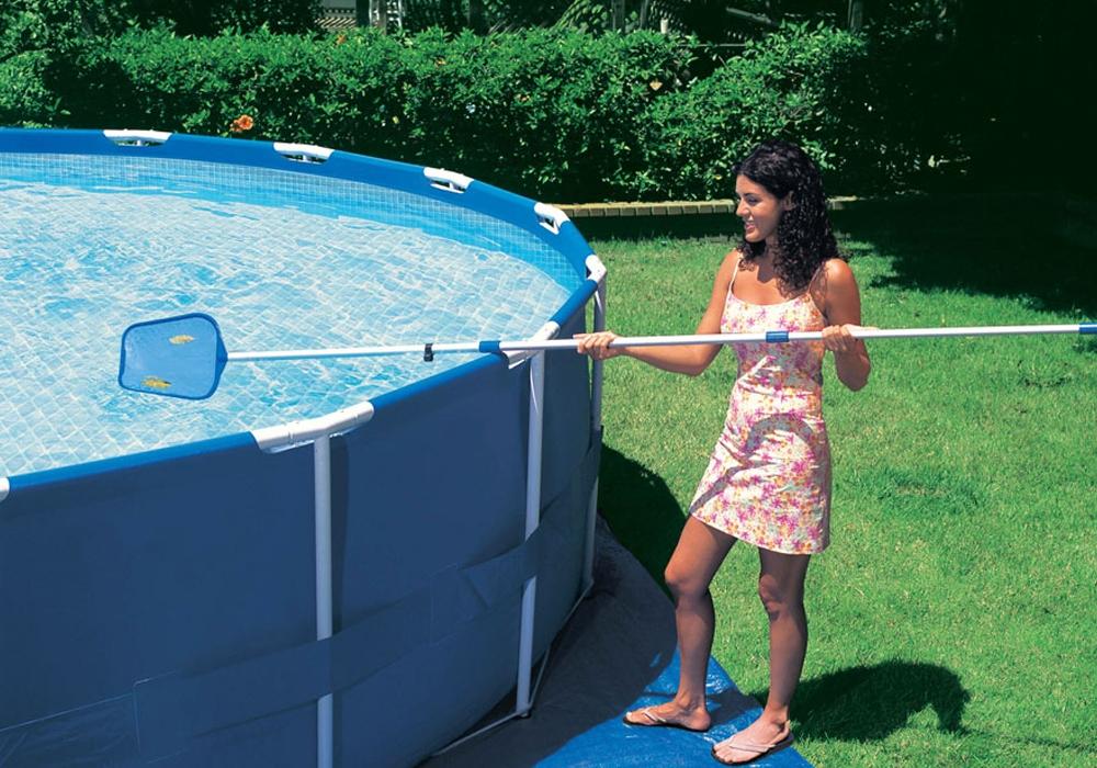 Физический метод чистки подразумевает удаление сачком или водным пылесосом с водного зеркала твёрдого мусора