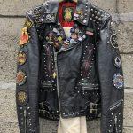 Фото 70: Кожаная куртка с нашивками и значками