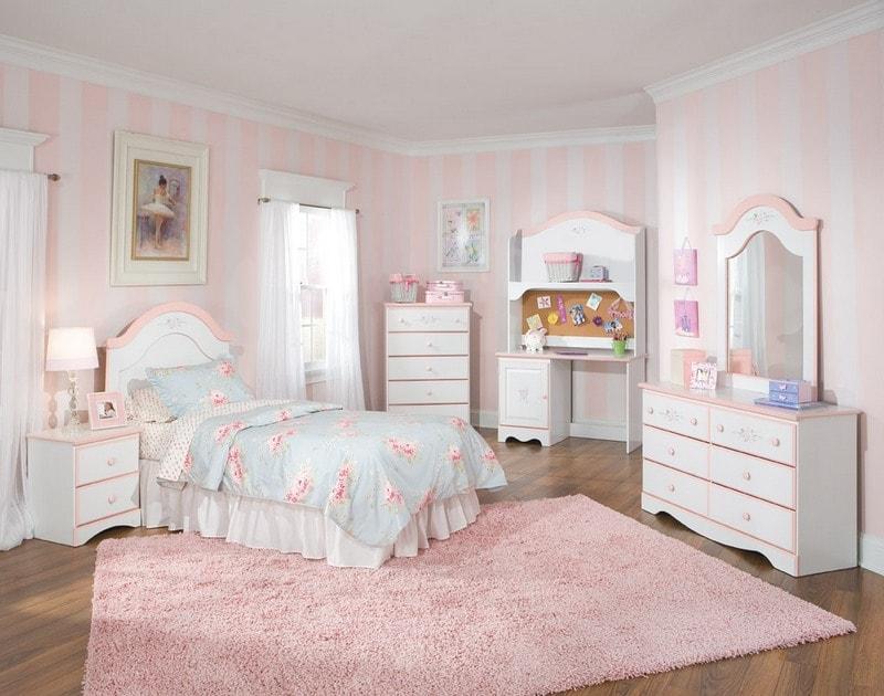 Розовый ковер в детской