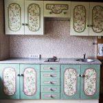 Фото 36: Обновление кухонного гарнитура с помощью обоев и краски