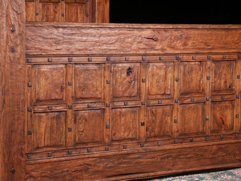 Покрытая лаком брашированная мебель