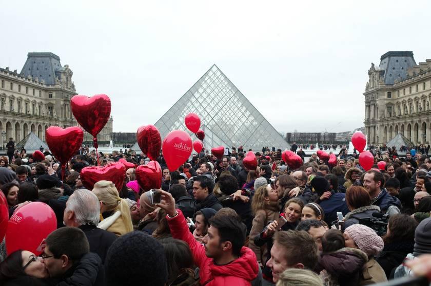 День Валентина во Франции у Лувра