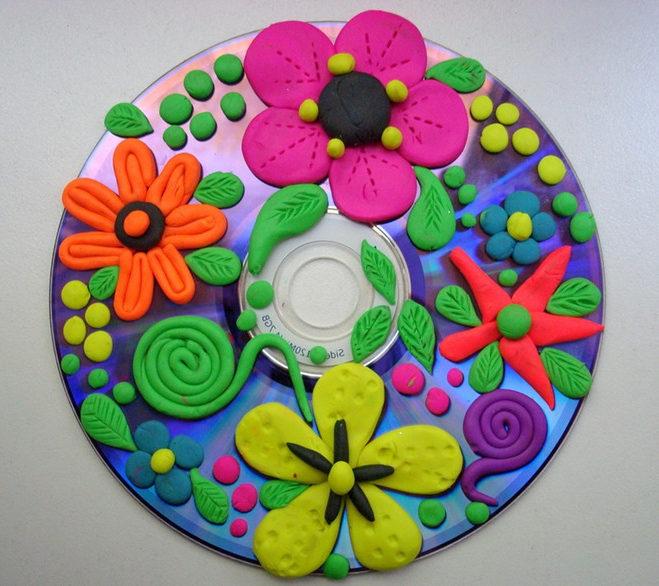 Открытка–аппликация из пластилина на диске на 8 марта