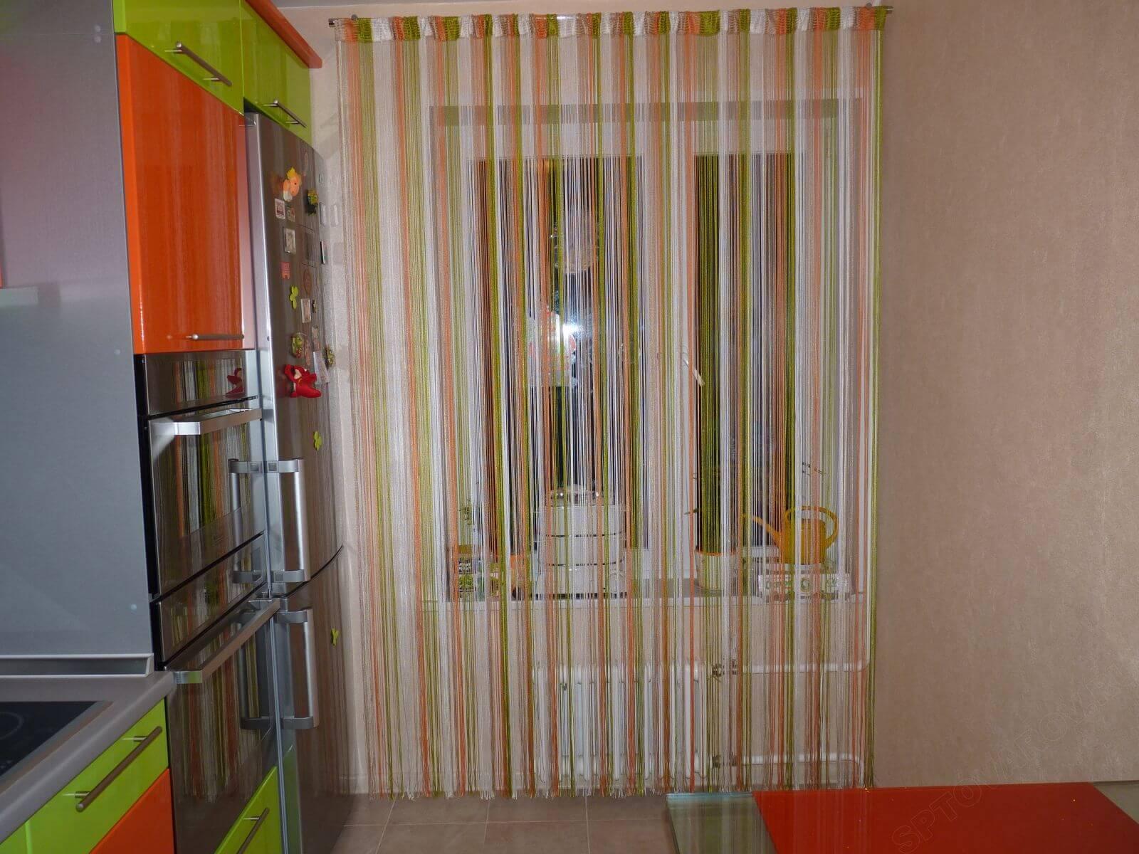 Разноцветные нитяные шторы на кухне